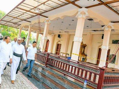 Photo fournie par la présidence sri-lankaise du président Maithripala Sirisena (g) se rendant à l'église Saint-Sébastien de Negombo, le 23 avril 2019 - Handout [SRI LANKAN PRESIDENT'S OFFICE/AFP]