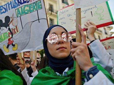 """Une Algérienne manifeste contre le """"système"""" au pouvoir mardi 23 avril 2019 à Alger - RYAD KRAMDI [AFP]"""