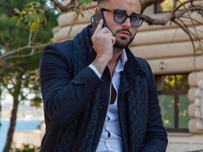 Nikola Lozina, vedette de télé-réalité pose avec une coque de téléphone Valentin Girot    Valentin Girot