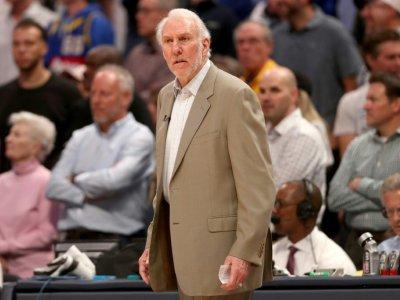L'entraîneur des San Antonio Spurs Gregg Popovich suit le match 2 des play-offs NBA contre les Denver Nuggets, le 16 avril 2019 à Denver - MATTHEW STOCKMAN [Getty/AFP/Archives]