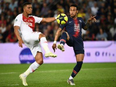 Le défenseur de Monaco Benjamin Henrichs (G) et Neymar (D) se disputent le ballon, pendant le match Paris Saint-Germain (PSG) Monaco, au Parc des Princes à Paris, le 21 avril 2019 - Anne-Christine POUJOULAT [AFP/Archives]