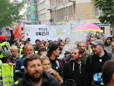Le défilé dans les rues de Rouen a réuni entre 1500 et 2500 personnes selon les sources.    Amaury Tremblay