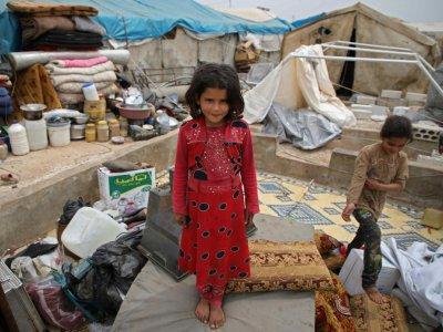 Une fillette syrienne se tient sur un matelas dans un camp pour personnes déplacées, dans le village d'Atmé (nord-ouest de la Syrie), le 1er mai 2019    Aaref WATAD [AFP]