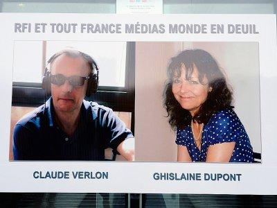 Portraits des journalistes Ghislaine Dupont et Claude Verlon affichés au siège de RFI le 5 novembre 2013 trois jours après leur assassinat le 2 au Mali    BERTRAND GUAY [AFP/Archives]