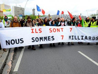 """Des milliers de personnes, parmi lesquelles de nombreux """"gilets jaunes"""", participent le 4 mai 2019 à Metz à une """"Marche mondiale pour une justice écologique et sociale"""" à la veille d'uneréunion des ministres de l'Environnement du G7    JEAN-CHRISTOPHE VERHAEGEN [AFP]"""