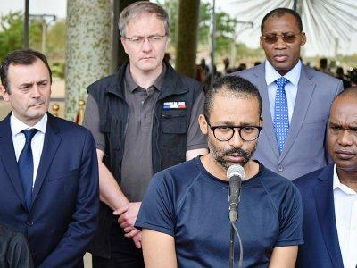 L'ex-otage français Laurent Lassimouillas s'adresse à des journalistes devant le palais présidentiel à Ouagadougou, le 11 mai 2019    Ahmed OUOBA [BURKINA FASO PRESIDENT OFFICE/AFP]
