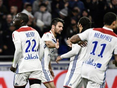 Le défenseur lyonnais Léo Dubois (c) est congratulé par ses coéquipiers après son but contre Lille pour le choc de la dernière journée au Parc OL, le 5 mai 2019 - JEFF PACHOUD [AFP/Archives]