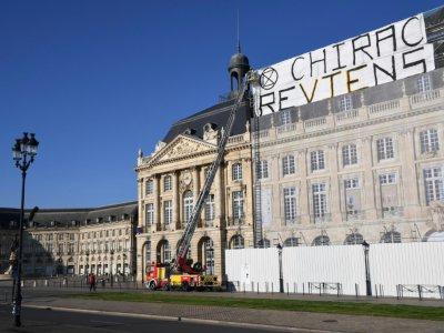 """Des manifestants du mouvement Extinction Rebellion ont déployé une banderole """"Chirac reviens"""" à Bordeaux, le 12 mai 2019    MEHDI FEDOUACH [AFP]"""