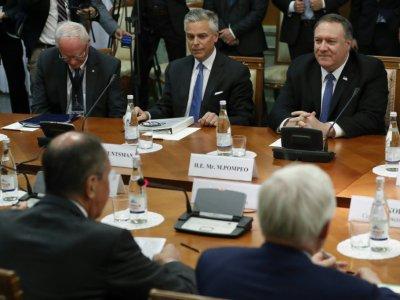 Le secrétaire d'Etat américain Mike Pompeo, accompagné de l'ambassadeur américain en Russie Jon Huntsman Jr, participe à une rencontre avec le ministre russe des Affaires étrangères Sergueï Lavrov à Sotchi (Russie) le 14 mai 2019. - Pavel Golovkin [POOL/AFP]