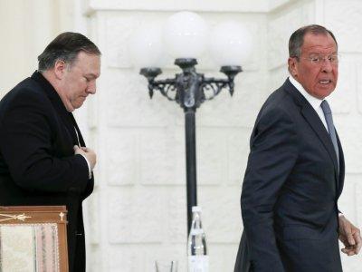 Le ministre russe des Affaires étrangères Sergueï Lavrov et le secrétaire d'Etat américain Mike Pompeo quittent la conférence de presse commune qu'ils ont tenue après leur rencontre à Sotchi (Russie) le 14 mai 2019. - Pavel Golovkin [POOL/AFP]