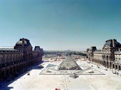 La pyramide du Louvre de l'architecte Ieoh Ming Pei, le 28 juillet 1988 à Paris - Joel ROBINE [AFP/Archives]
