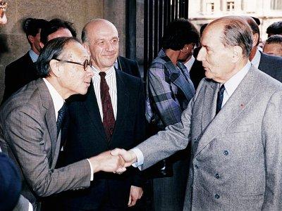Le président François Mitterrand (d) et l'architecte de la pyramide du Louvre, Ieoh Ming Pei, le 29 mars 1989 à Paris, lors de son ouverture au public - - [POOL/AFP/Archives]