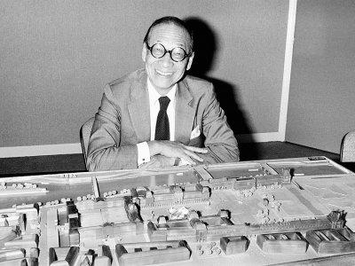 L'architecte Ieoh Ming Pei, le 27 septembre 1985 à Paris devant une maquette de la pyramide du Louvre - Pascal GEORGE [POOL/AFP/Archives]
