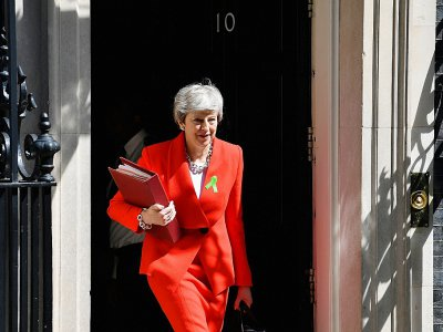 La Première ministre Theresa May sort du 10 Downing Street, le 15 mai 2019 à Londres