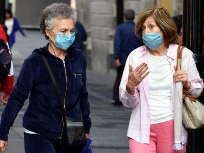 Des femmes portent des masques pour se protéger des effets néfastes de la pollution à Mexico le 17 mai 2019    ALFREDO ESTRELLA [AFP]