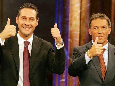 Heinz-Christian Strache (g) et Jörg Haider, son prédécesseur à la tête du parti d'extrême droite FPÖ, le 28 septembre 2008 à Vienne - DIETER NAGL [AFP/Archives]
