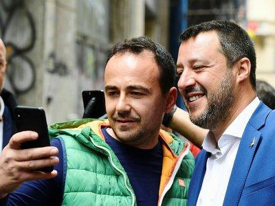 Le ministre italien de l'Intérieur Matteo Salvini (d) fait un selfie avec un supporter dans les rues de Mila le 19 mai 2019    Miguel MEDINA [AFP]