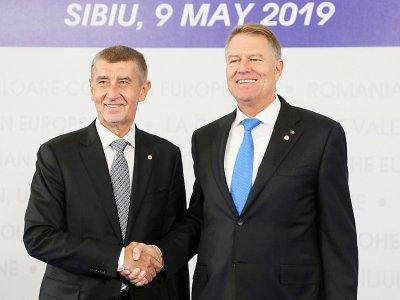 Le Premier ministre tchèque Andrej Babis et le président roumain Klaus Iohannis  au sommet européen de Sibiu le 9 mai 2019    ludovic MARIN [AFP/Archives]