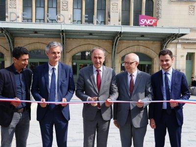 Frédéric Sanchez, président de la Métropole, coupe le ruban, entouré notamment de Jean-Baptiste Gastinne, en charge des transports à la Région et d'Yvon Robert, maire de Rouen. - Pierre Durand-Gratian