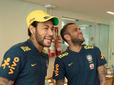 Les joueurs de la Seleçao Neymar et Dani Alves, le 28 mai 2019 au centre d'entraînement de l'équipe du Brésil, à Teresopolis    HO [Brazilian Football Confederation (CBF)/AFP]