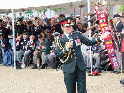 Devant les 33 vétérans, Julie Payette, Commandant en chef des forces armées Canadiennes    Eric Mas