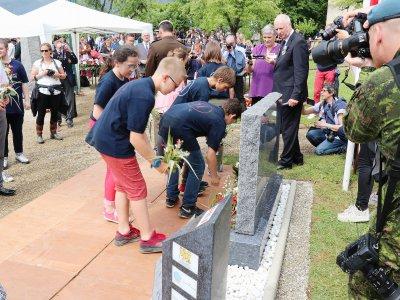 Les jeunes générations fleurissent le nouveau monument. 26 gerbes y seront déposées lors de son inauguration.    Eric Mas