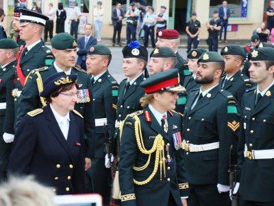 Les troupes Canadiennes passées en revue par la Gouverneure générale du Canada et la Préfète de l'Orne.    Eric Mas