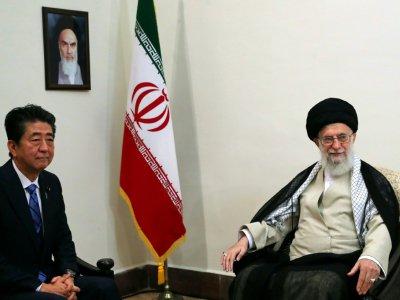 L'ayatollah Khamenei (d) et le Premier ministre japonais Shinzo Abe lors d'une conférence de presse commune, le 12 juin 2019 à Téhéran    HO [Site web du l'ayatollah Ali Khamenei/AFP]