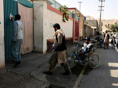 Des membres de la campagne antipoliomyélite font du porte à porte, le 20 mars 2019 dans la région de Kandahar, en Afghanistan    JAVED TANVEER [AFP]