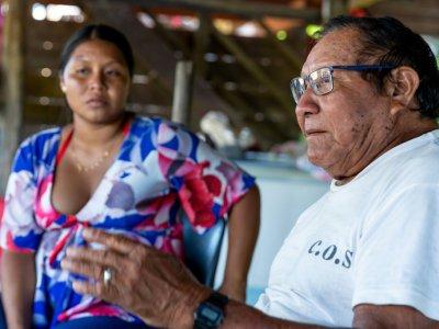 Grand Man Amai Poti (D), le grand chef des Wayanas et sa petite fille Pauline à Twenke en Guyane - jody amiet [AFP]