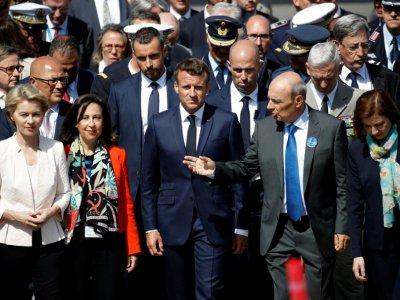 (g-d) Les ministres allemande de la Défense Ursula von der Leyen et espagnole Margarita Robles, le président français Emmanuel Macron, le patron de Dassault Aviation Eric Trappier et la ministre française de la Défense Florence Parly, le 17 juin 2019 - Yoan VALAT [POOL/AFP]