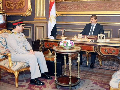 Photo d'archives de la présidence égyptienne montrant l'ancien président Mohamed Morsi et son ministre de la Défense Abdel Fattah al-Sissi, le 1er septembre 2012    - [Egyptian Presidency/AFP/Archives]