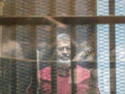 Photo d'archives montrant l'ancien président égyptien Mohamed Morsi lors de son procès au Caire, le 23 avril 2016    KHALED DESOUKI [AFP/Archives]
