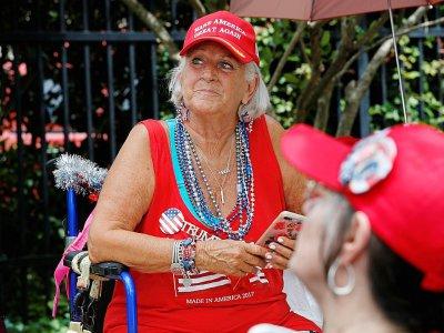 Une supportrice de Donald Trump attend près du Amway Center l'arrivée du président américain, le 17 juin 2019 à Orlando, en Floride    Gregg Newton [AFP]