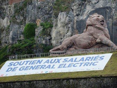 Banderole étalée aux pieds du Lion de Belfort, en soutien aux salariés de General Electric, le 22 juin 2019 - SEBASTIEN BOZON [AFP]