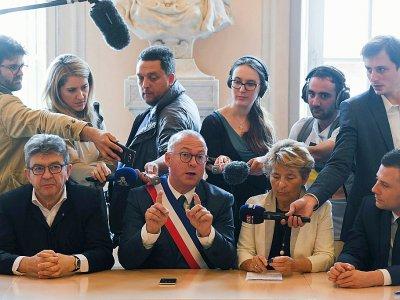 Le maire de Belfort Damien Meslot s'exprime en présence de Jean-Luc Mélenchon au cours d'une conférence de presse après une rencontre avec l'intersyndicale de GE à Belfort, le 22 juin 2019 - SEBASTIEN BOZON [AFP]