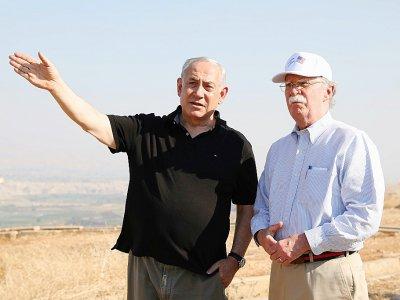 Le Premier ministre israélien Benjamin Netanyahu (G) et le conseiller à la sécurité nationale du président américain, John Bolton (D), dans la vallée du Jourdain, le 23 juin 2019    ABIR SULTAN [POOL/AFP]
