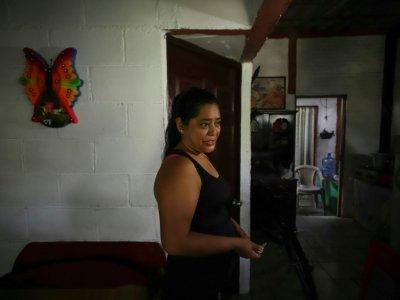 Rosa Ramirez, la mère d'Oscar, à son domicile à San Salvador, le 26 juin 2019    DIEGO LOPEZ [AFP]