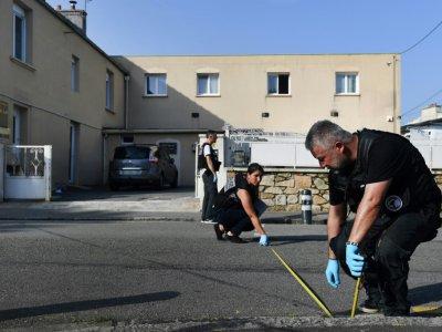 La police inspecte la cour de la mosquée de Pontanezen où ont été tirés des coups de feu, à Brest le 27 juin 2019    Fred TANNEAU [AFP]