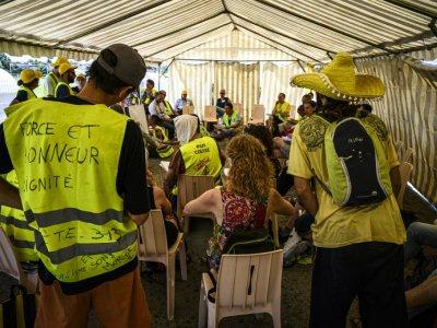 """Des """"gilets jaunes""""  réunis pour évoquer la suite du mouvementavant les vacances d'été, le 29 juin 2019 à Montceau-les-Mines(Saône-et-Loire)    JEAN-PHILIPPE KSIAZEK [AFP]"""