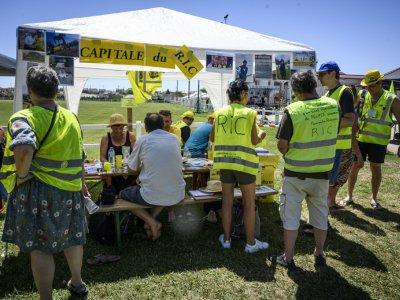 """Des """"gilets jaunes""""  réunis pour évoquer la suite du mouvementavant les vacances d'été, le 29 juin 2019 à Montceau-les-Mines (Saône-et-Loire)    JEAN-PHILIPPE KSIAZEK [AFP]"""