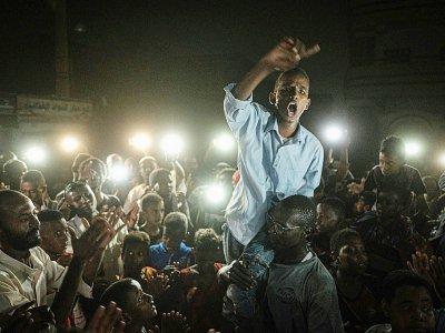 Des jeunes Soudanais manifestent à Khartoum contre le pouvoir des militaires tard le soir le 19 juin 2019    Yasuyoshi CHIBA [AFP]