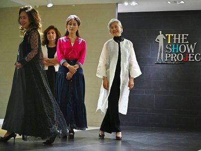 La modèle Choi Soon-hwa (à droite) et des collègues lors d'un cours à Séoul, le 11 juin 2019    Jung Yeon-je [AFP]