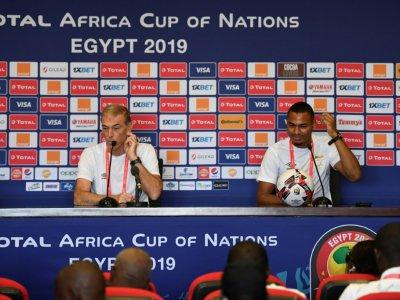 Le sélectionneur du Bénin Michel Dussuyer et le défenseur Olivier Verdon en conférence de presse, le 9 juillet 2019 au Caire    Khaled DESOUKI [AFP]