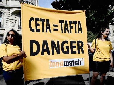 Des opposants au Ceta se sont rassemblés mardi aux abords de l'Assemblée, le 16 juillet 2019 - PHILIPPE LOPEZ [AFP]