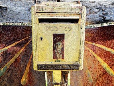 La boîte aux lettres dédiée au poète Arthur Rimbaud dans le cimetière de l'Ouest, le 21 juin 2019 à Charleville-Mézières, dans les Ardennes    FRANCOIS NASCIMBENI [AFP]