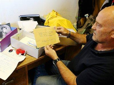 Bernard Colin, le gardien du cimetière de l'Ouest à Charleville-Mézières depuis 37 ans, montre les lettres adressées au poète Arthur Rimbaud, le 21 juin 2019    FRANCOIS NASCIMBENI [AFP]