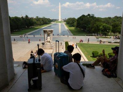 Des touristes s'abritent à l'ombre dans le Lincoln Memorial à Washington, le 19 juillet 2019.    Alastair Pike [AFP]