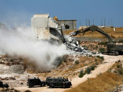 Photo prise depuis Jérusalem le 22 juillet 2019 montrant les forces israéliennes démolissant un immeuble palestinien inachevé dans le village de Dar Salah, en Cisjordanie occupé, voisin du quartier de Sour Baher à cheval entre la Cisjordanie et Jérus    Ahmad GHARABLI [AFP]