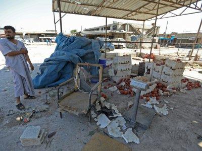 Un vendeur syrien observe sa marchandise sur le sol, après un raid aérien sur un marché de Saraqeb, dans le nord-ouest de la Syrie, le 26 juillet 2019 - Omar HAJ KADOUR [AFP]